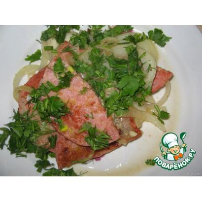 Жареная колбаска с луком и зеленью
